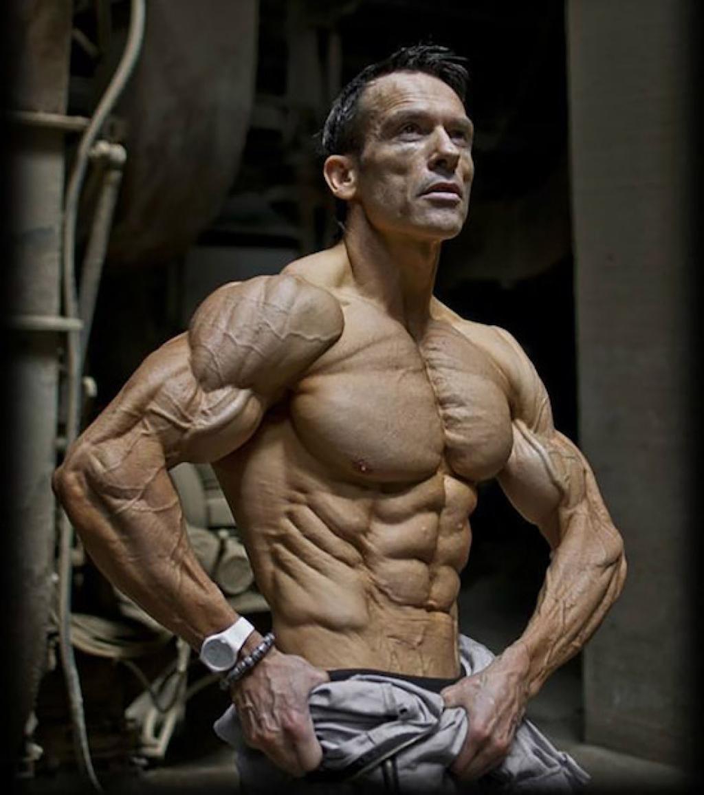 Aos 47 anos, este fisiculturista tem apenas 4% de gordura corporal 12