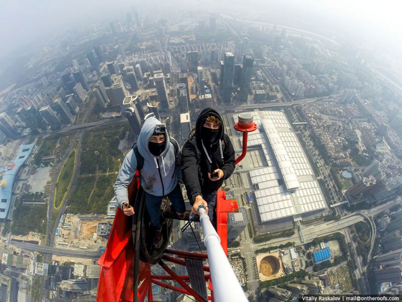 Temerários escalam um arranha-céus de 660 metros em Shenzhen, China