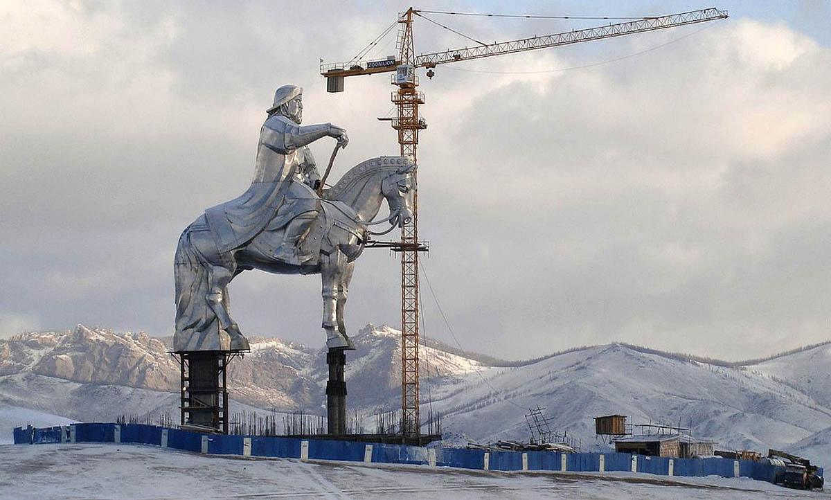 A imponente estátua equestre de Genghis Khan na Mongólia 01