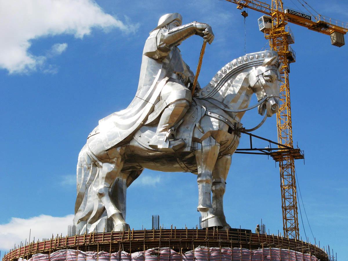 A imponente estátua equestre de Genghis Khan na Mongólia 03