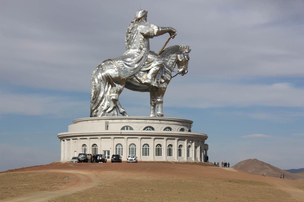 A imponente estátua equestre de Genghis Khan na Mongólia 05
