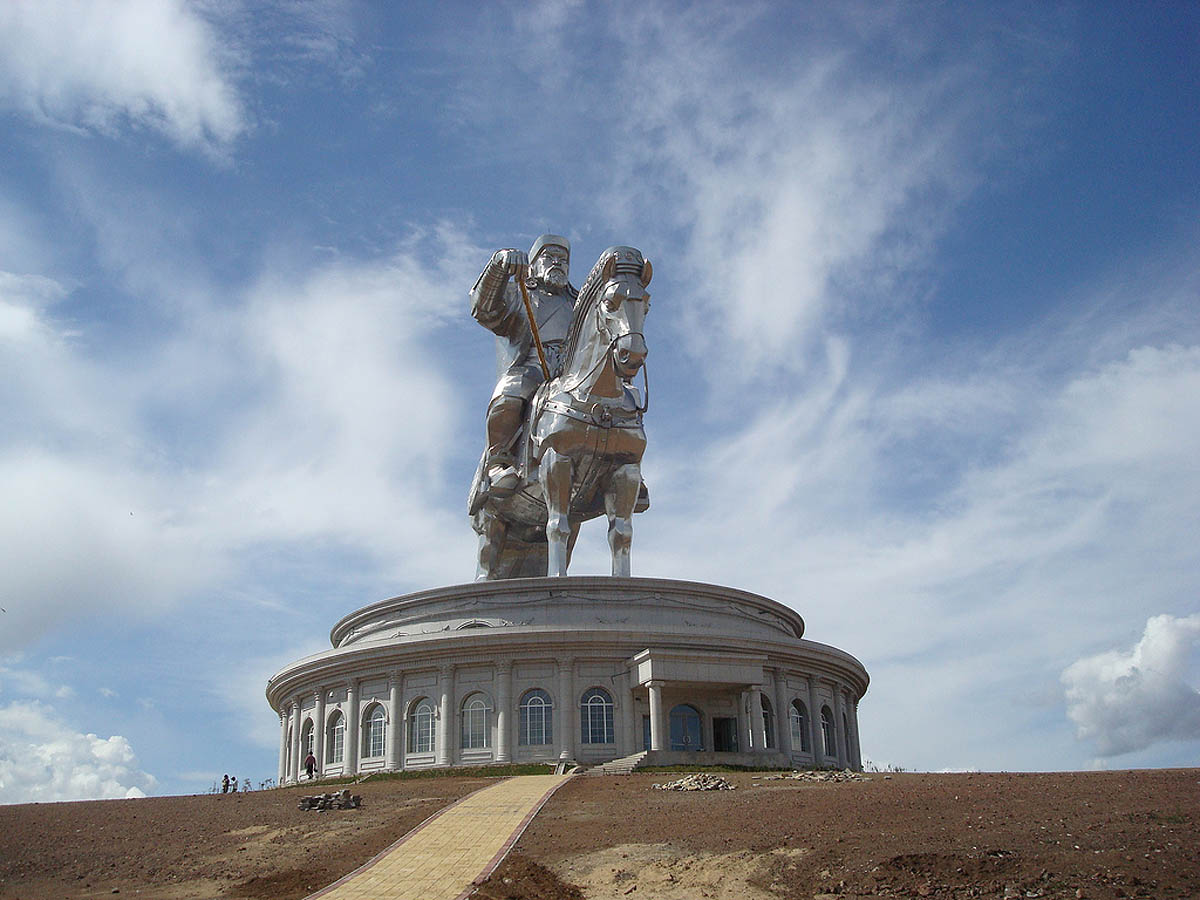 A imponente estátua equestre de Genghis Khan na Mongólia 06