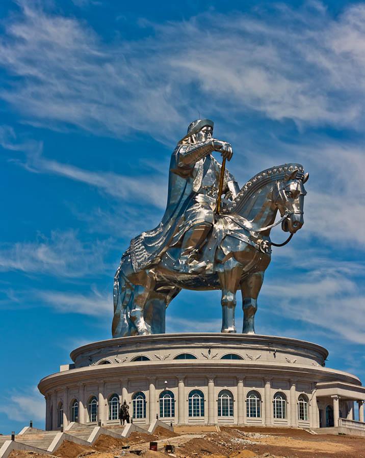 A imponente estátua equestre de Genghis Khan na Mongólia 07