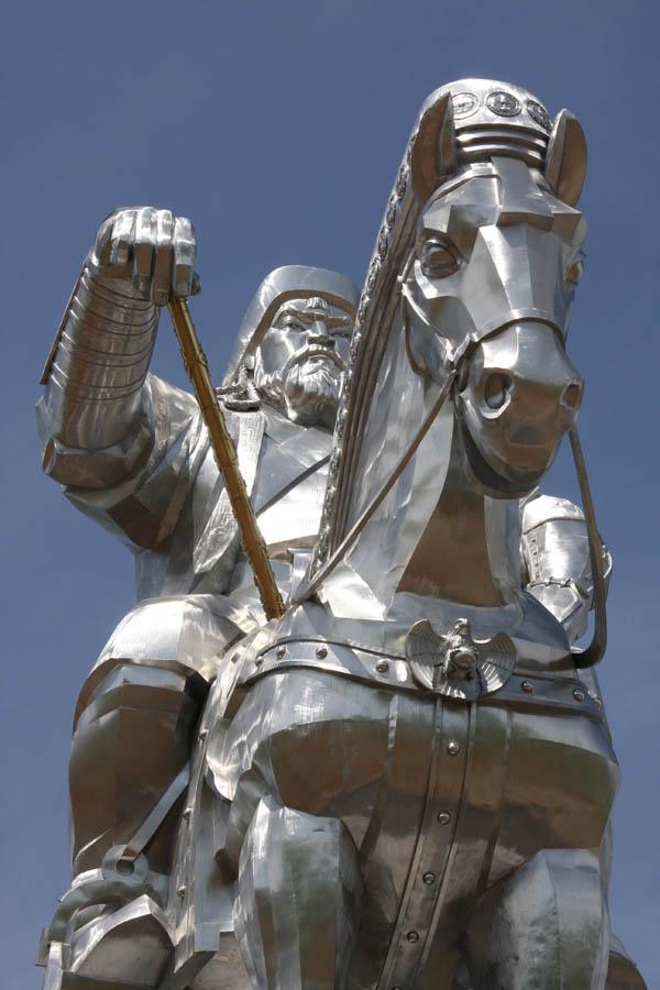 A imponente estátua equestre de Genghis Khan na Mongólia 08