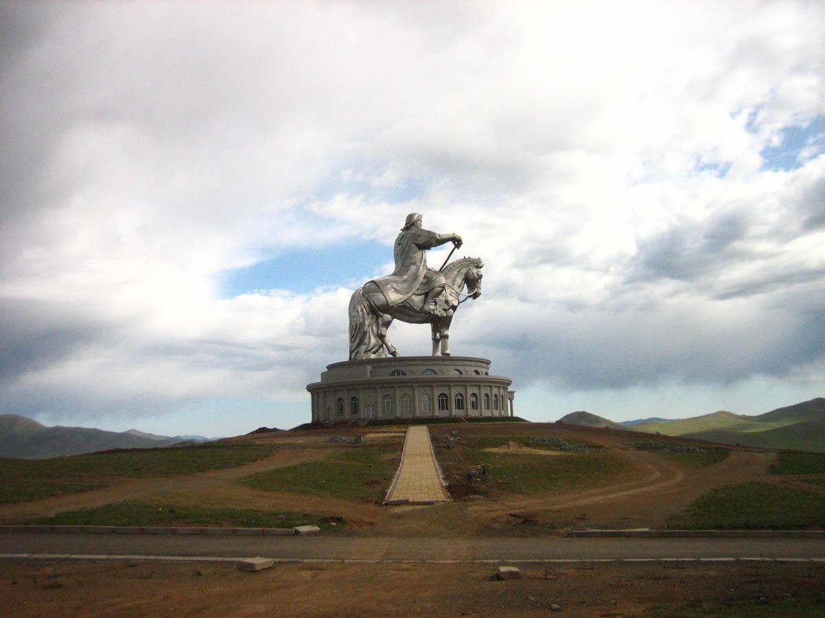 A imponente estátua equestre de Genghis Khan na Mongólia 09