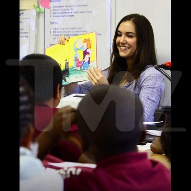 Sasha Grey participa de programa de incentivo a leitura em escola primária 01