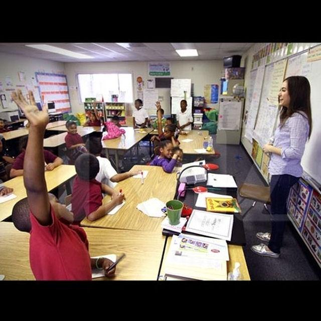 Sasha Grey participa de programa de incentivo a leitura em escola primária 02