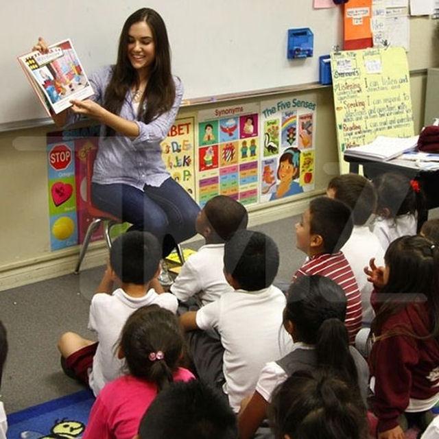 Sasha Grey participa de programa de incentivo a leitura em escola primária 05