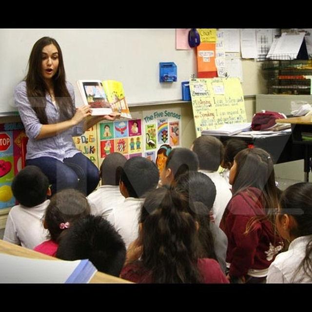 Sasha Grey participa de programa de incentivo a leitura em escola primária 06