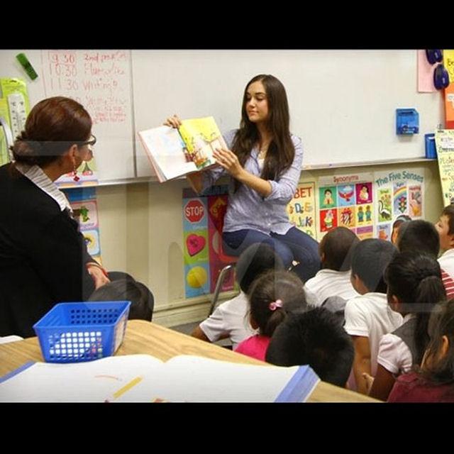 Sasha Grey participa de programa de incentivo a leitura em escola primária 07