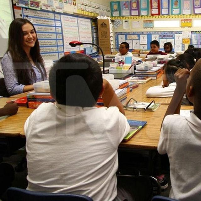 Sasha Grey participa de programa de incentivo a leitura em escola primária 09