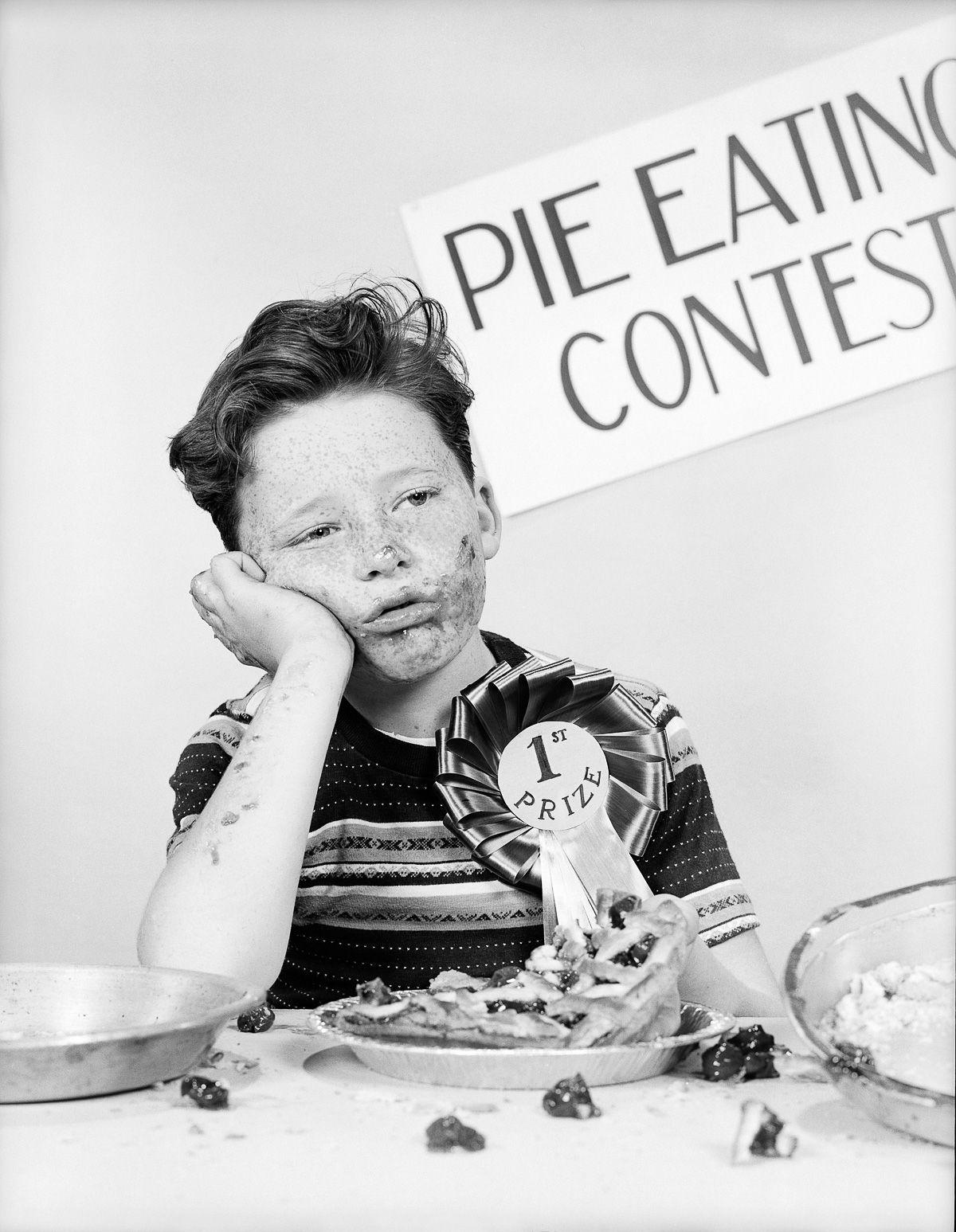 Tente não engasgar com essas fotos antigas de concursos de comilança