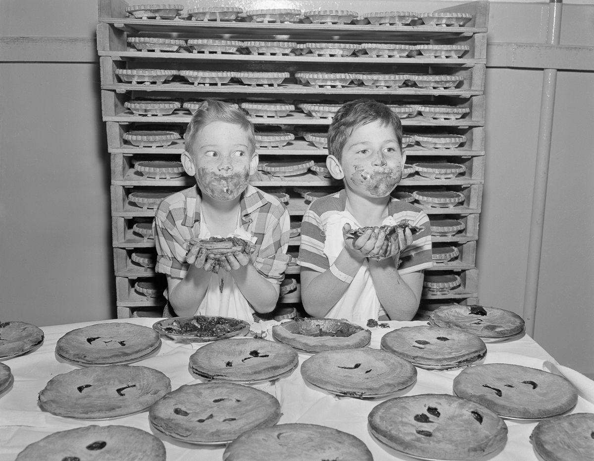 Tente não engasgar com essas fotos antigas de concursos de comilança 10