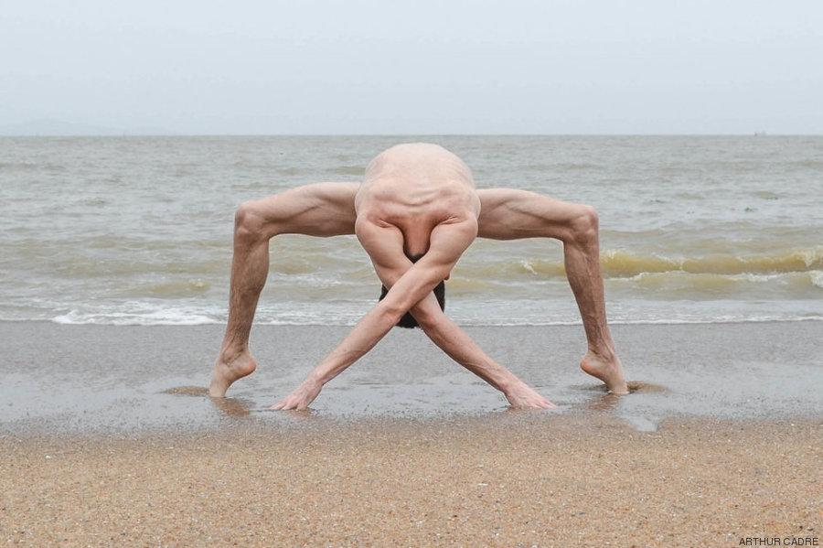 O contorcionista que transforma seu corpo no de um alienígena 01