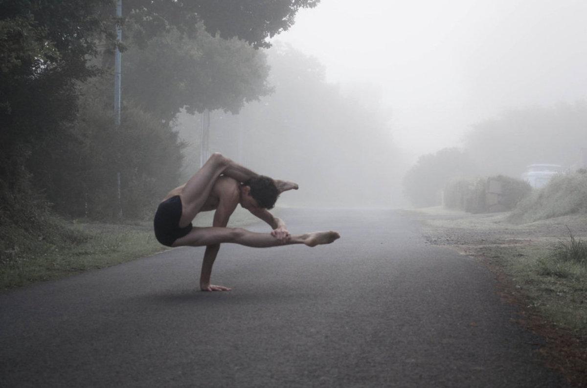 O contorcionista que transforma seu corpo no de um alien�gena 11