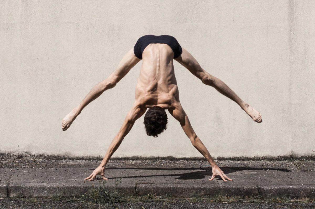 O contorcionista que transforma seu corpo no de um alienígena 13