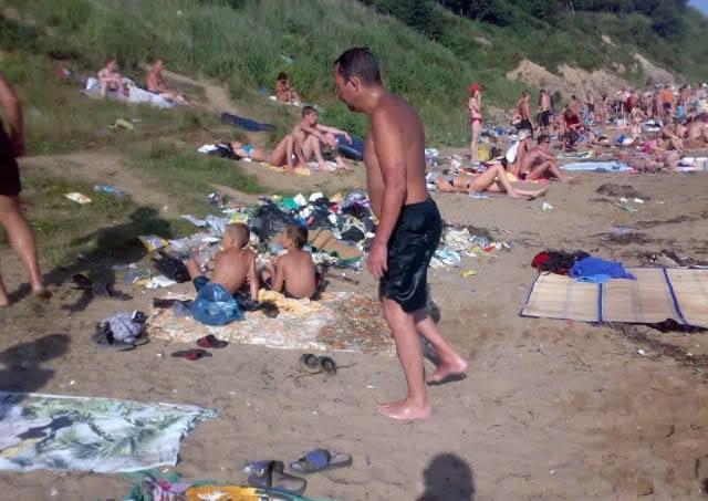 Um passeio dominical em uma praia russa 03
