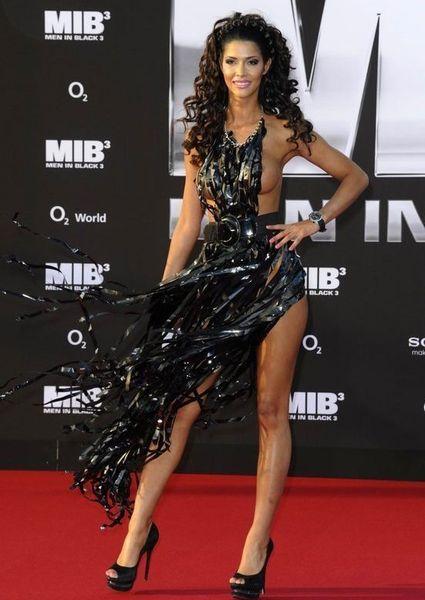 """Micaela Schaefer usando um vestido sexy na première de """"Men in Black"""" 3 na Alemanha 01"""