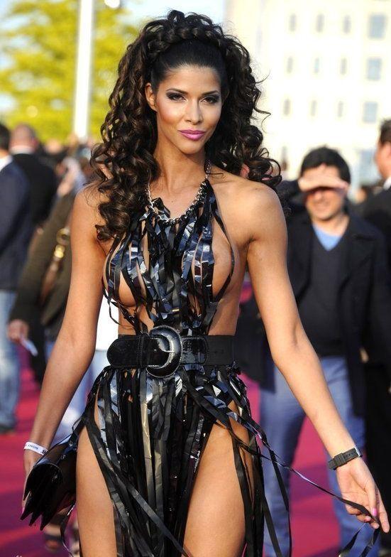 """Micaela Schaefer usando um vestido sexy na première de """"Men in Black"""" 3 na Alemanha 02"""