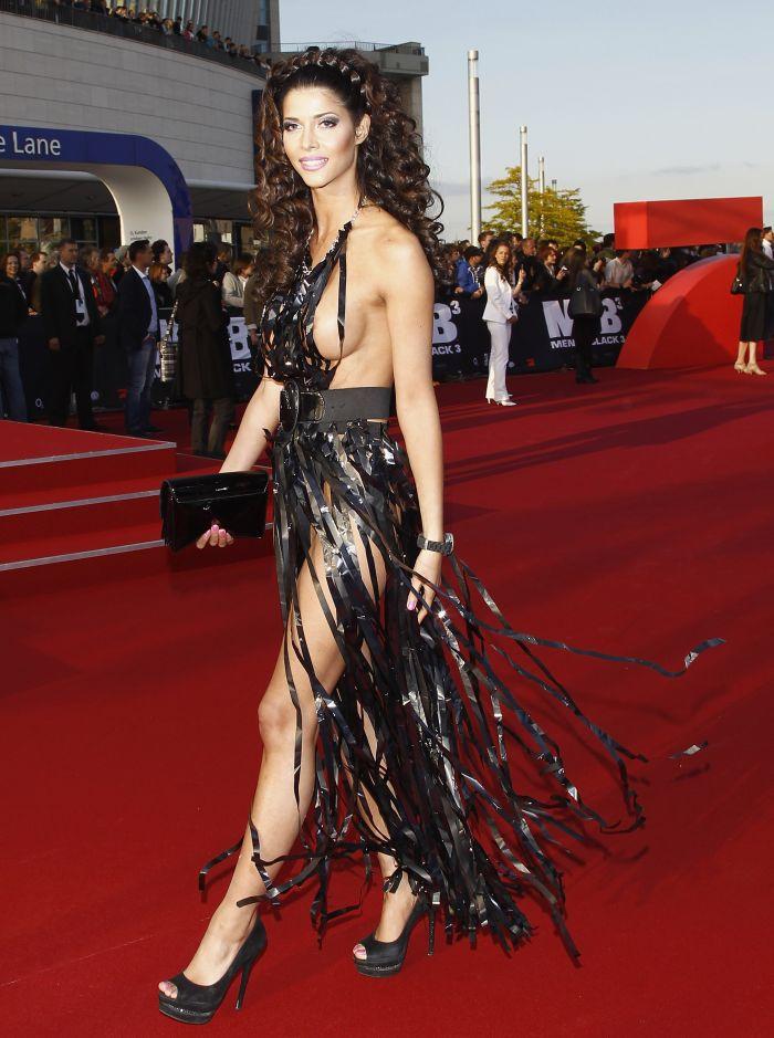 """Micaela Schaefer usando um vestido sexy na première de """"Men in Black"""" 3 na Alemanha 04"""
