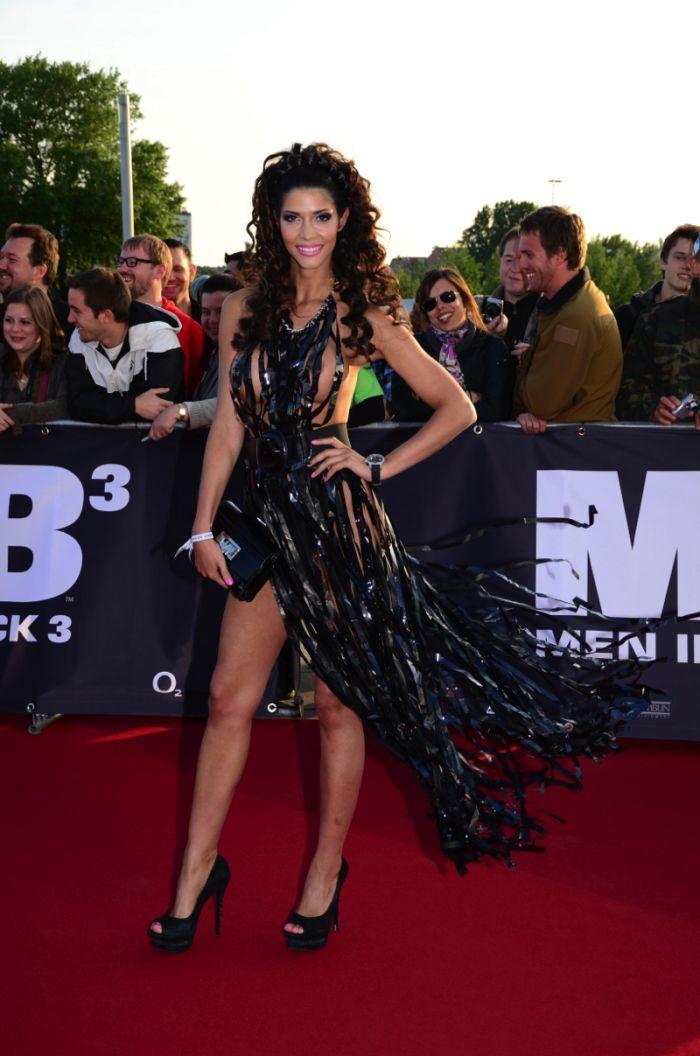 """Micaela Schaefer usando um vestido sexy na première de """"Men in Black"""" 3 na Alemanha 09"""
