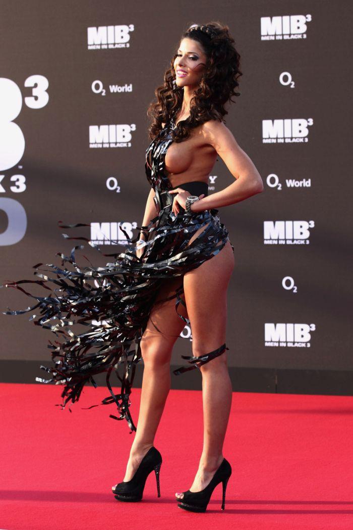 """Micaela Schaefer usando um vestido sexy na première de """"Men in Black"""" 3 na Alemanha 10"""