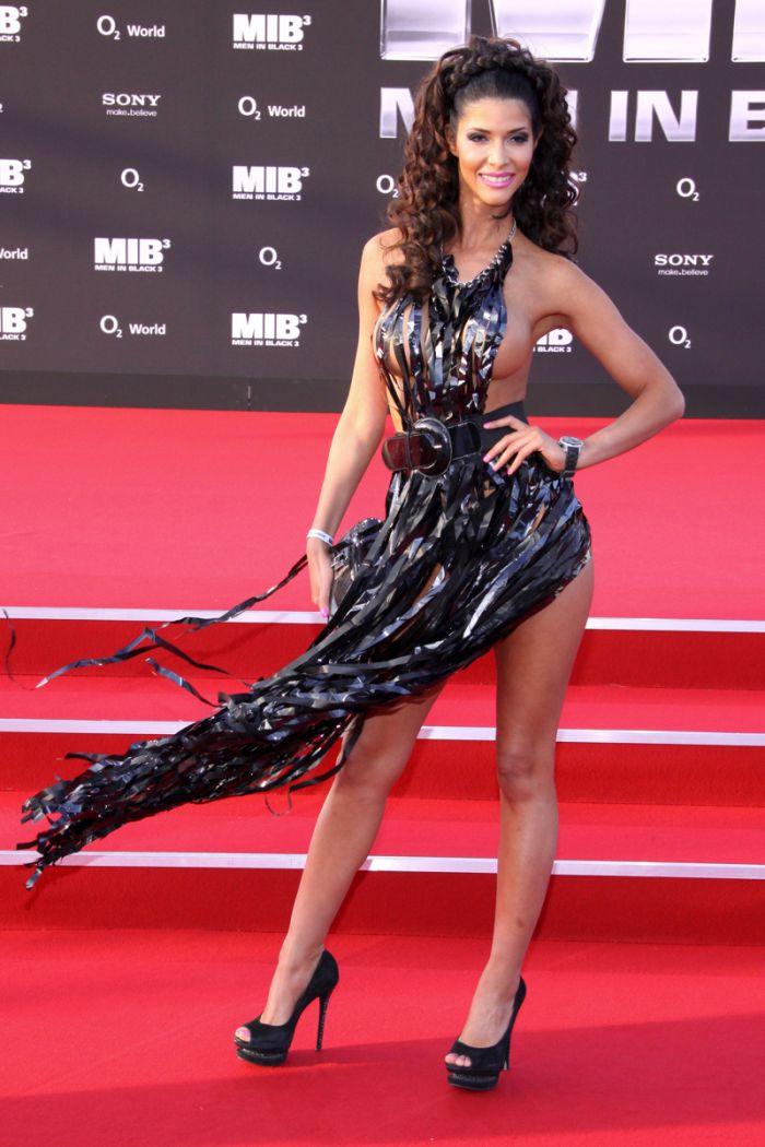 """Micaela Schaefer usando um vestido sexy na première de """"Men in Black"""" 3 na Alemanha 12"""