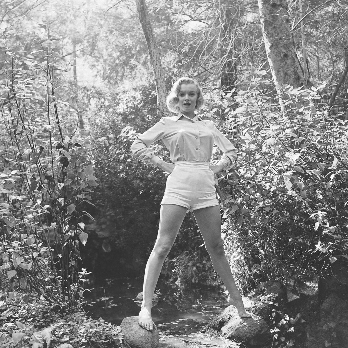 Fotos raras de Marilyn Monroe caminhando no bosque antes de ser famosa 01