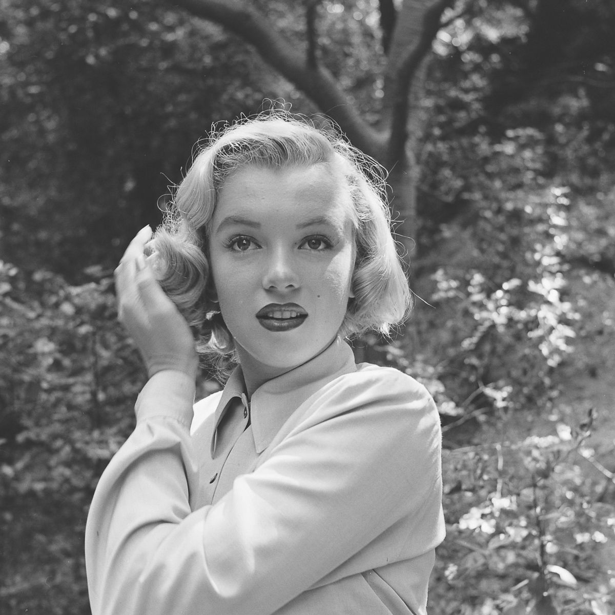 Fotos raras de Marilyn Monroe caminhando no bosque antes de ser famosa 02