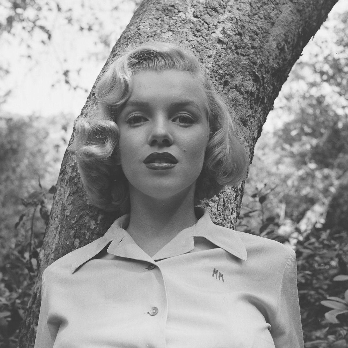 Fotos raras de Marilyn Monroe caminhando no bosque antes de ser famosa 04