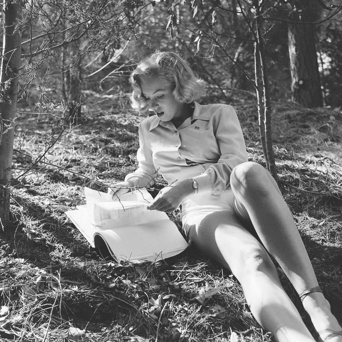 Fotos raras de Marilyn Monroe caminhando no bosque antes de ser famosa 05