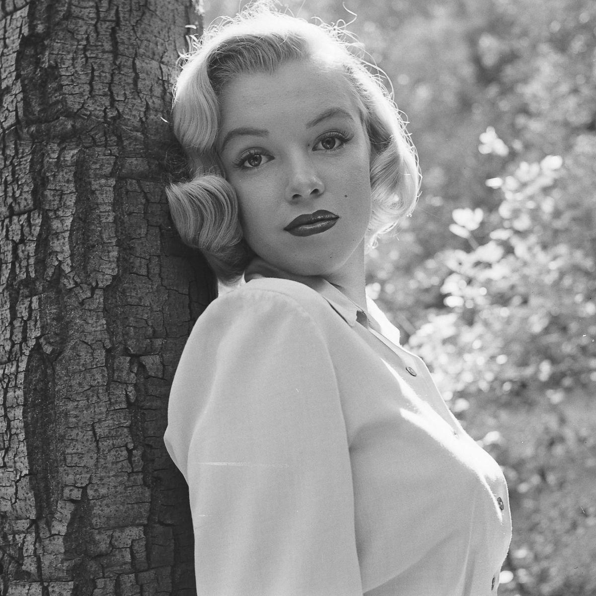 Fotos raras de Marilyn Monroe caminhando no bosque antes de ser famosa 06