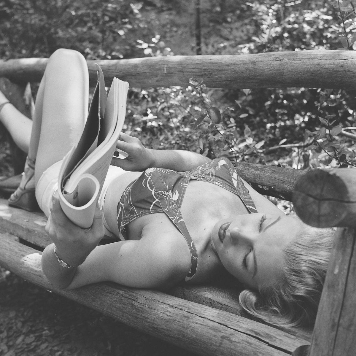 Fotos raras de Marilyn Monroe caminhando no bosque antes de ser famosa 08