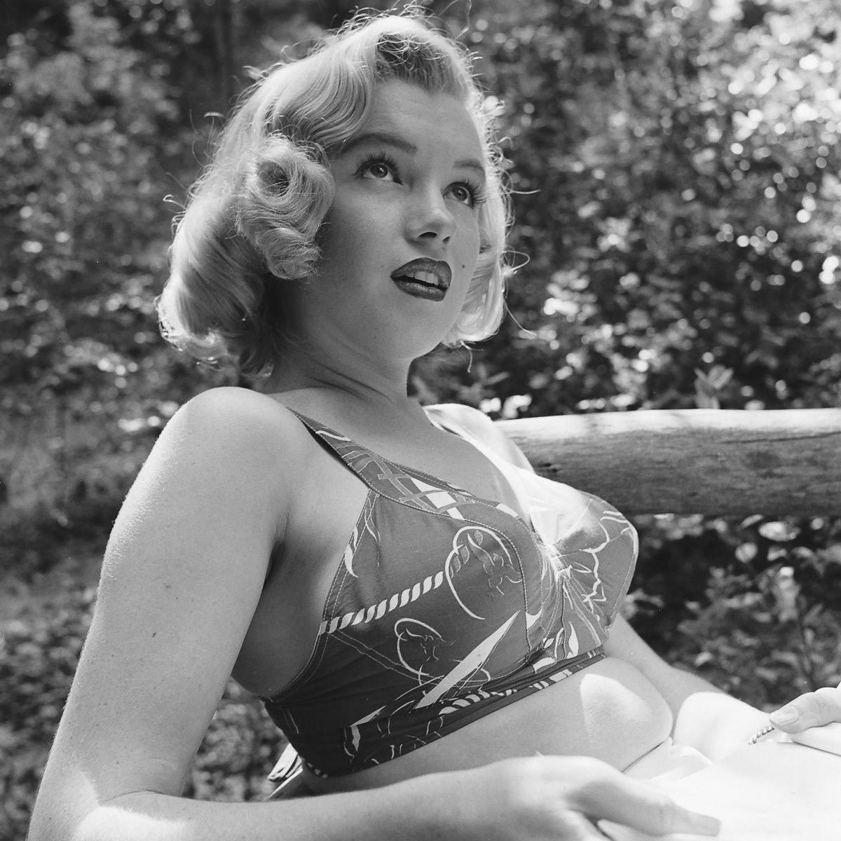 Fotos raras de Marilyn Monroe caminhando no bosque antes de ser famosa 09