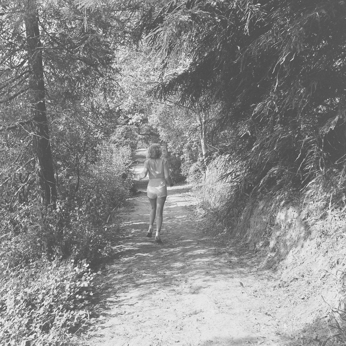 Fotos raras de Marilyn Monroe caminhando no bosque antes de ser famosa 13