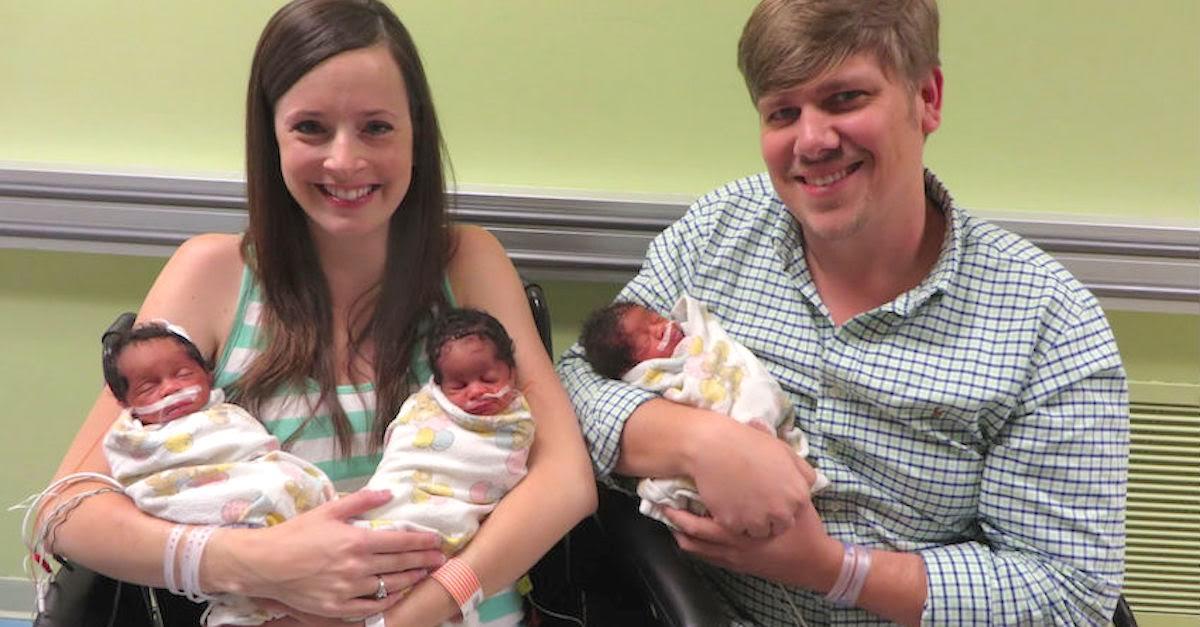 A incrível história deste casal que posa feliz com seus trigêmeos recém nascidos 01
