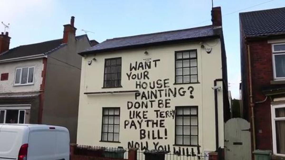 Pintor de casas, que não foi pago, se vinga pichando o prédio que pintou