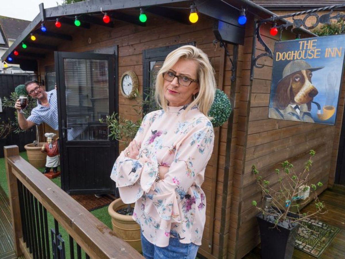 Britânica constrói um bar no quintal para impedir que seu marido vá para o boteco