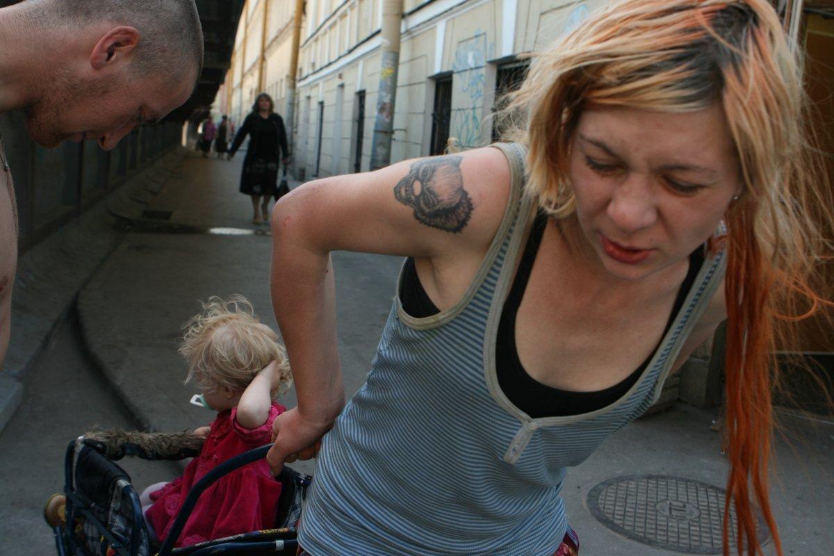 Estas fotos de uma garotinha de 2 anos e seus pais drogados despertaram uma grande controvérsia na rede 04