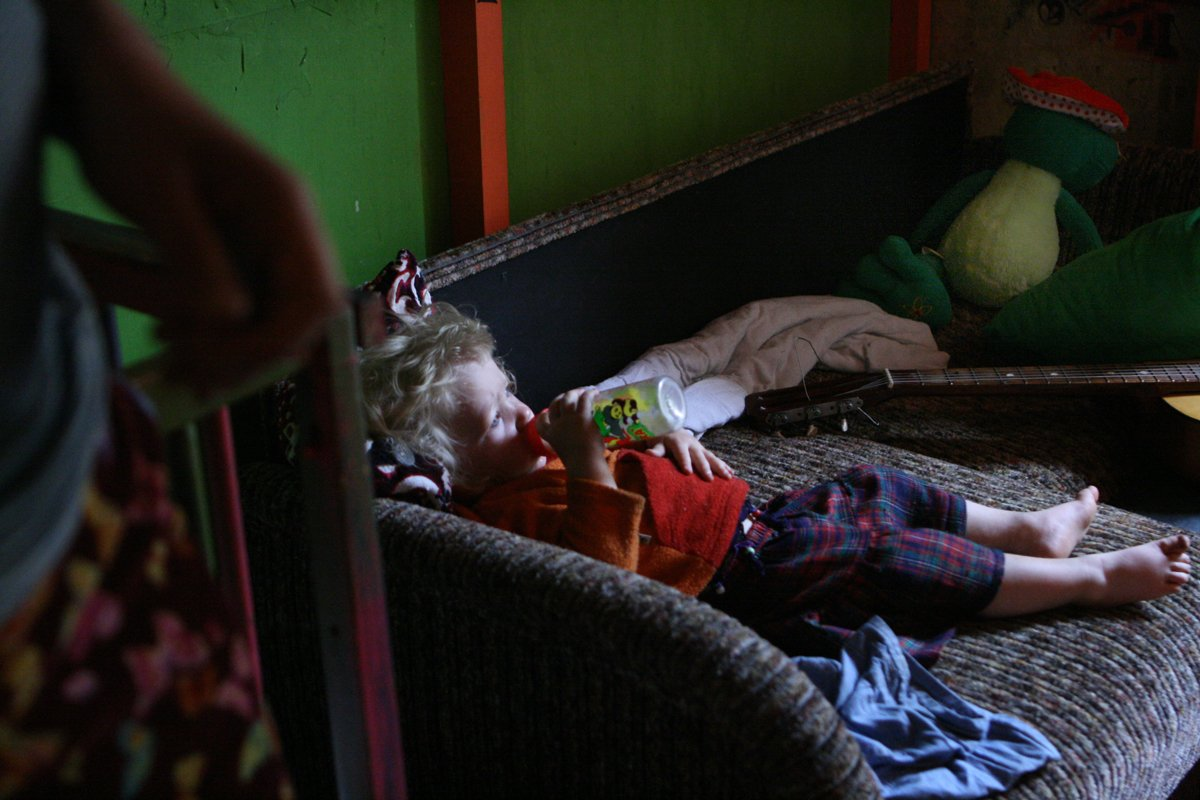 Estas fotos de uma garotinha de 2 anos e seus pais drogados despertaram uma grande controvérsia na rede 07