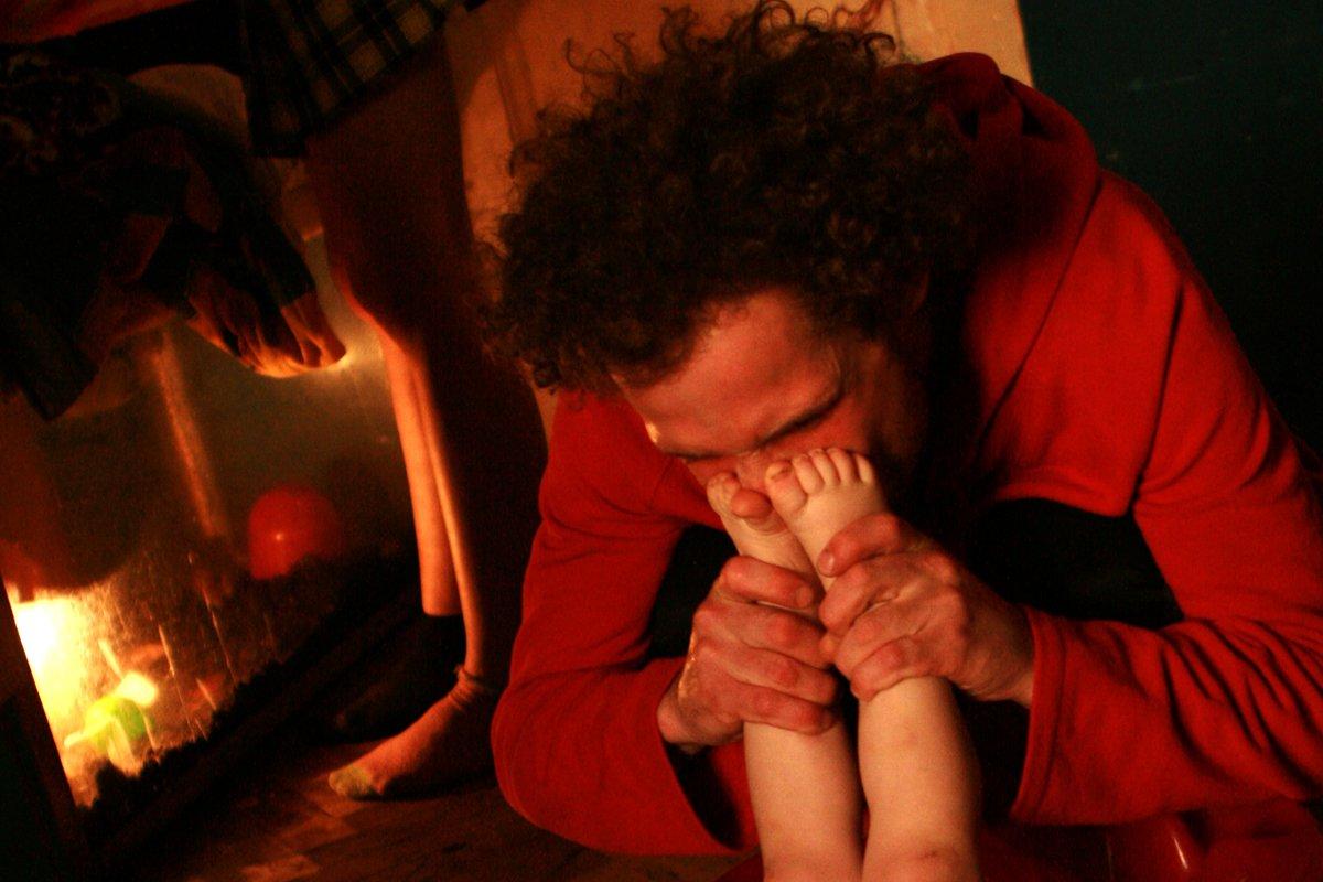 Estas fotos de uma garotinha de 2 anos e seus pais drogados despertaram uma grande controvérsia na rede 10