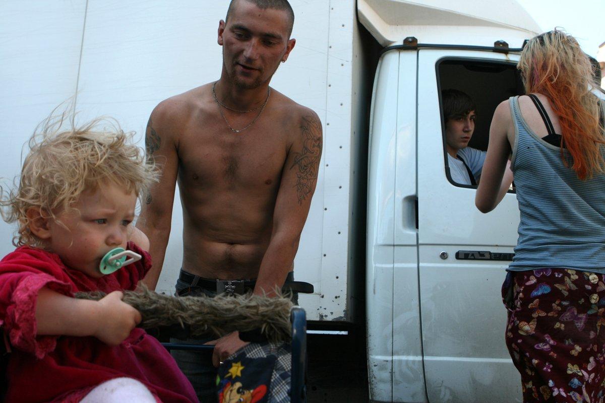 Estas fotos de uma garotinha de 2 anos e seus pais drogados despertaram uma grande controvérsia na rede 11