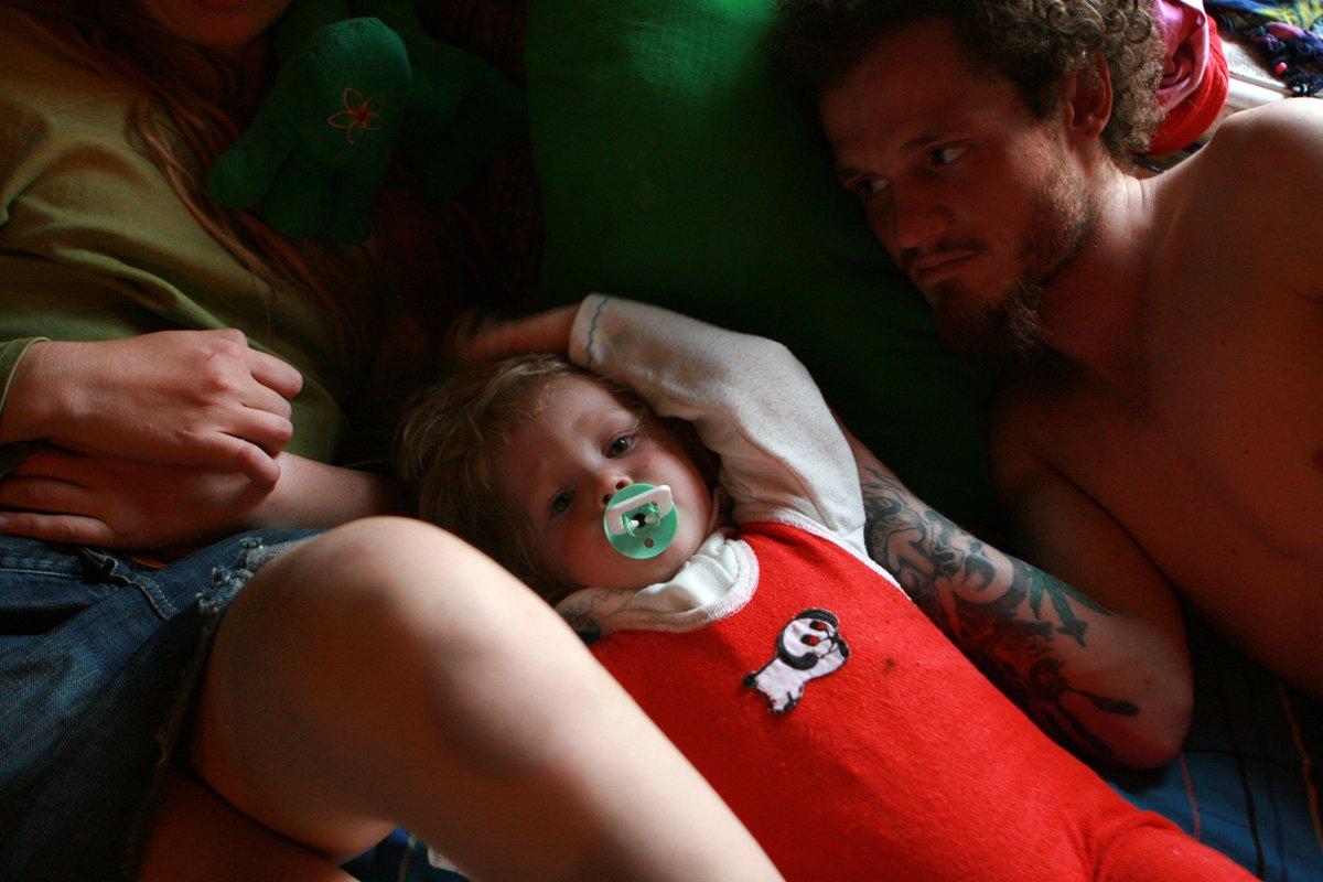 Estas fotos de uma garotinha de 2 anos e seus pais drogados despertaram uma grande controvérsia na rede 12