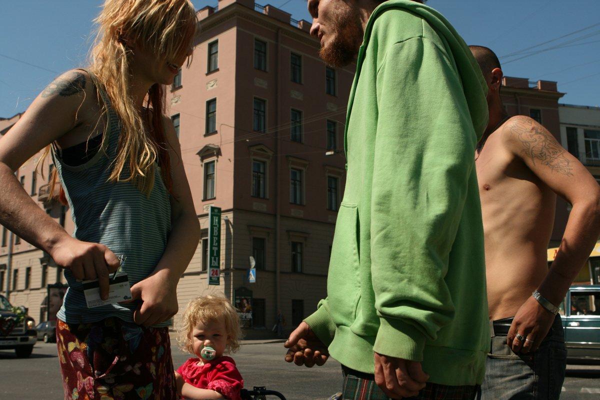 Estas fotos de uma garotinha de 2 anos e seus pais drogados despertaram uma grande controvérsia na rede 14