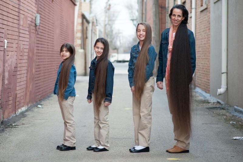 A família Rapunzel, o comprimento combinado de seu cabelo atinge os 4 metros 01