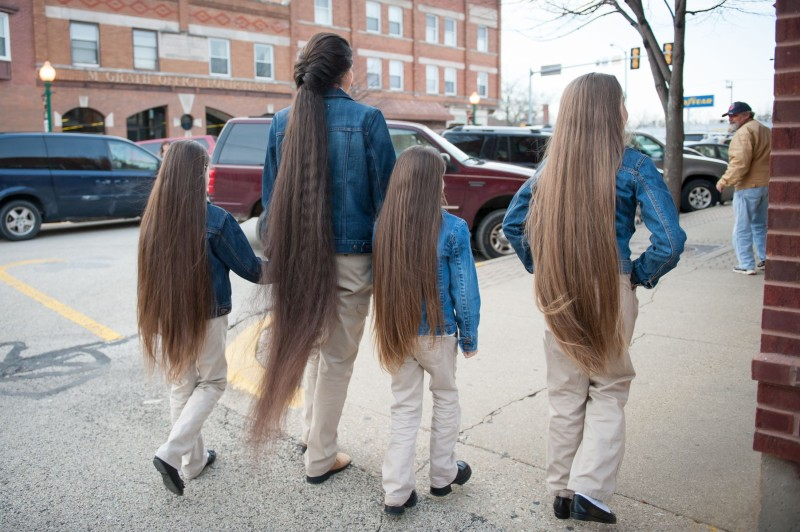 A família Rapunzel, o comprimento combinado de seu cabelo atinge os 4 metros 02