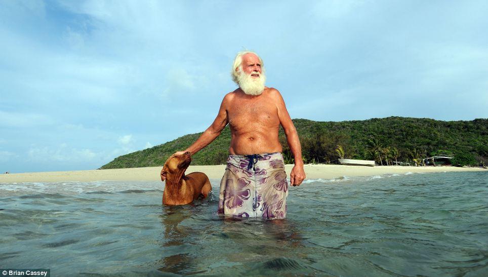 Robinson Crusoe australiano vive há 20 anos em uma ilha só com seu cão 01