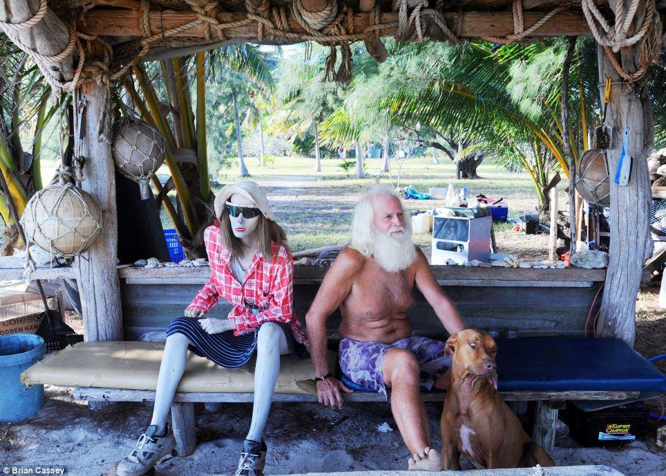 Robinson Crusoe australiano vive há 20 anos em uma ilha só com seu cão 05