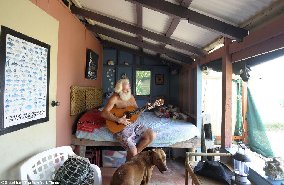 Robinson Crusoe australiano vive há 20 anos em uma ilha só com seu cão 06