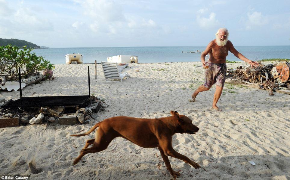 Robinson Crusoe australiano vive há 20 anos em uma ilha só com seu cão 07
